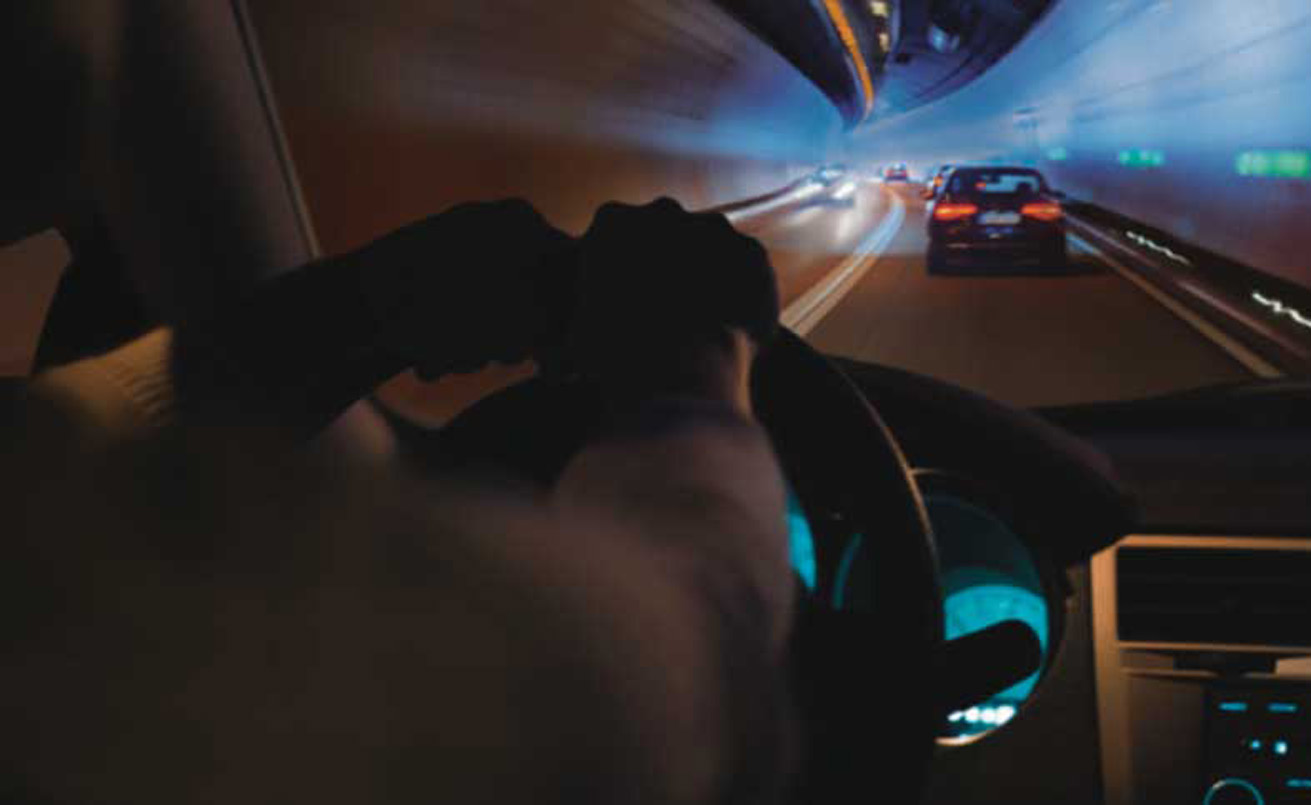 Autofahrt durch einen Tunnel
