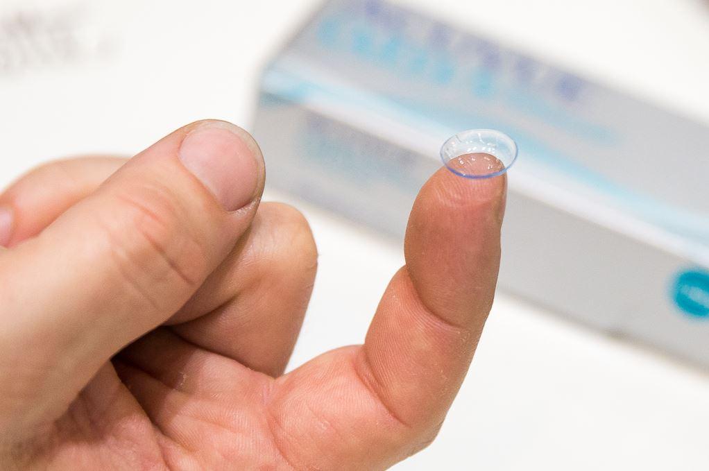 Kontaktlinse auf einem Finger