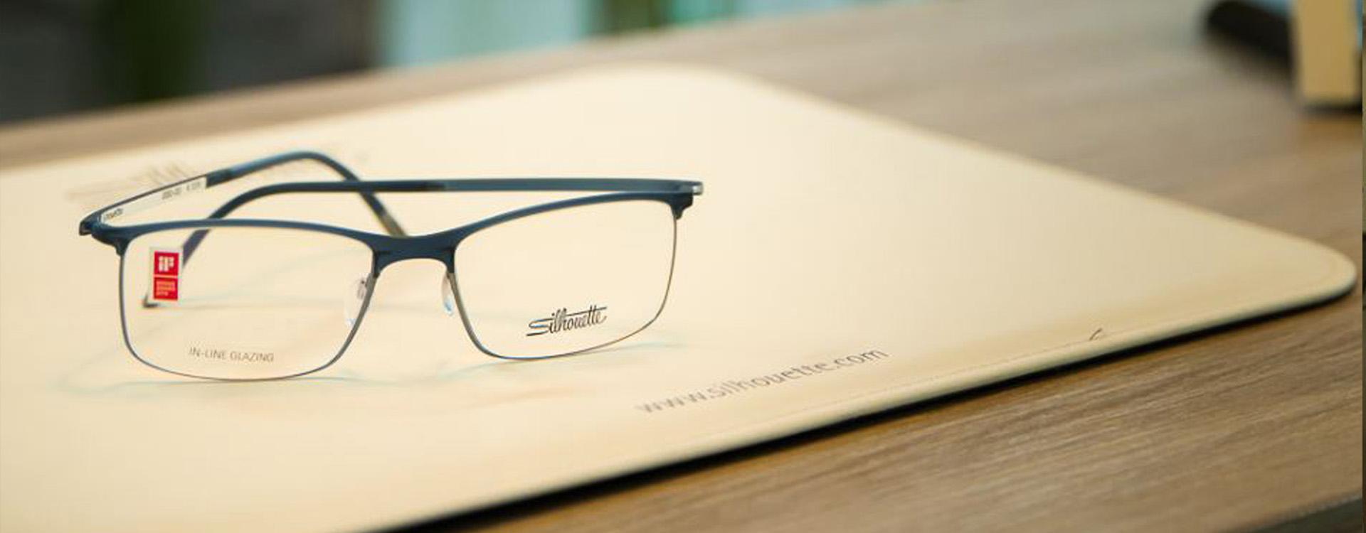 Gleitsichtbrille auf Unterlage