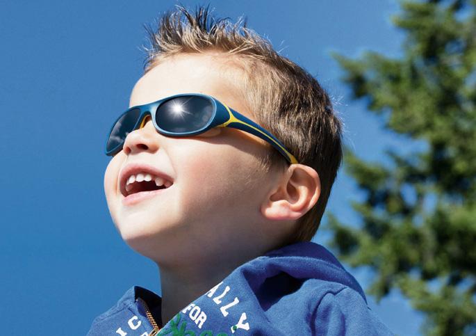 Junge mit Kindersonnenbrille