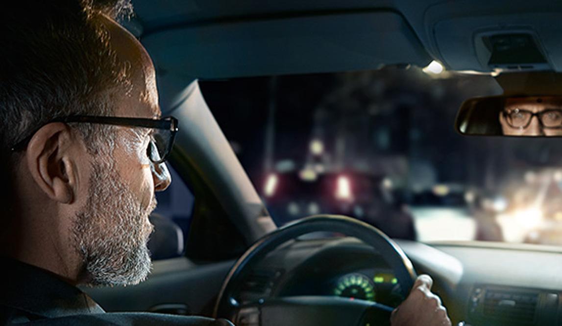Mann mit Brille hinter dem Lenkrad